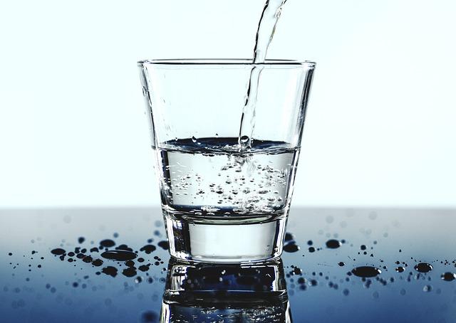 Vaso de agua alcalina