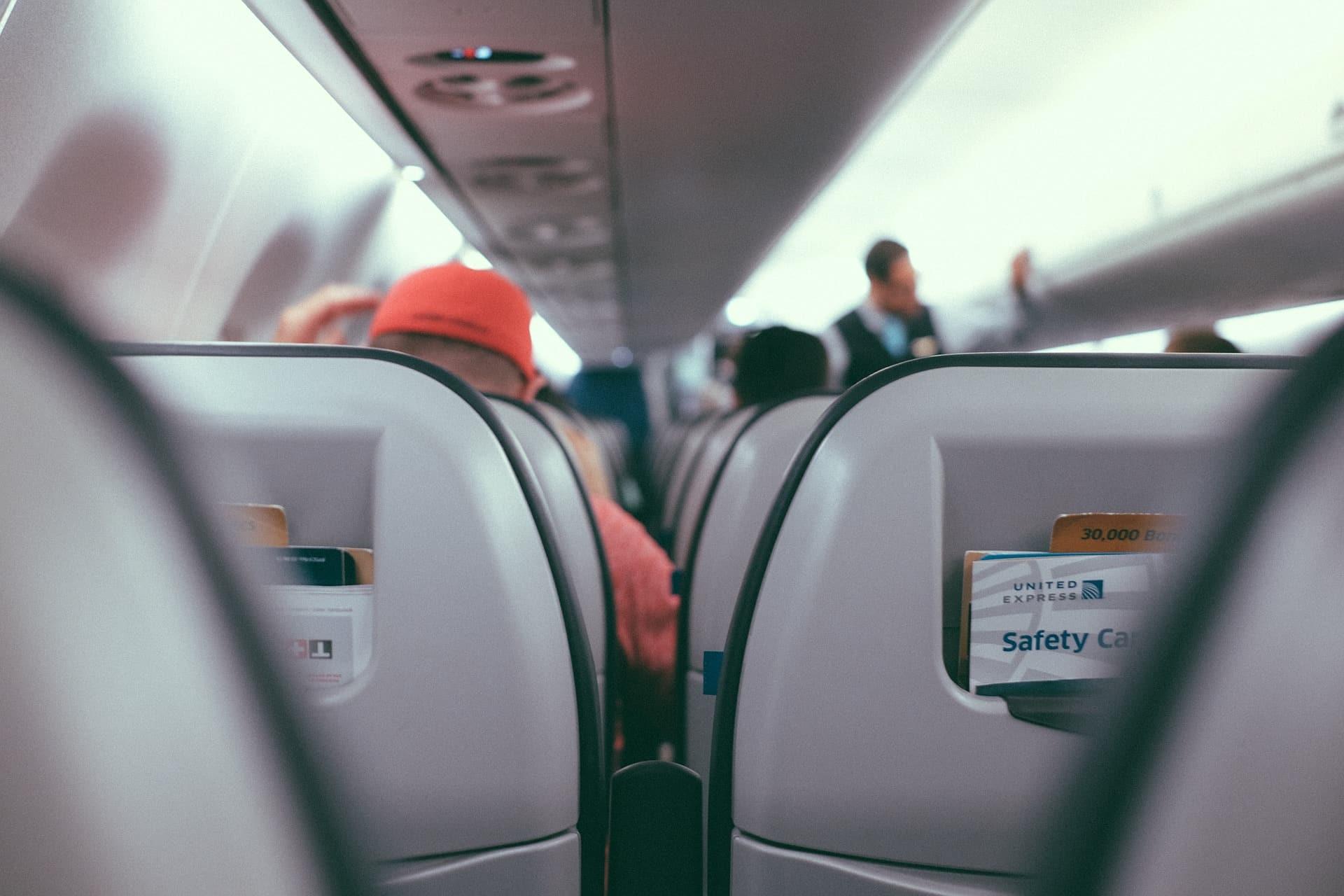 pasillo de un avión antes de repartir los snacks
